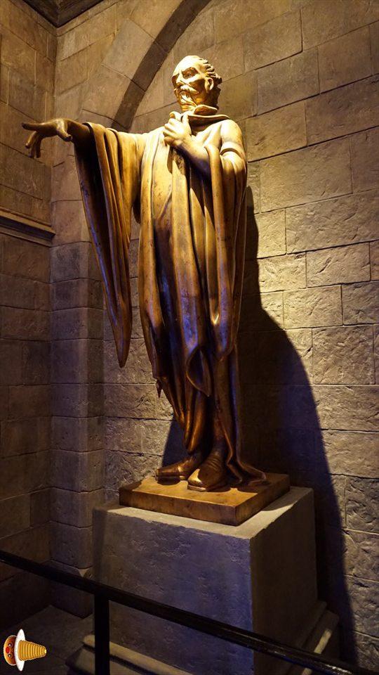 ホグワーツ創設者の像(USJハリポタエリア)