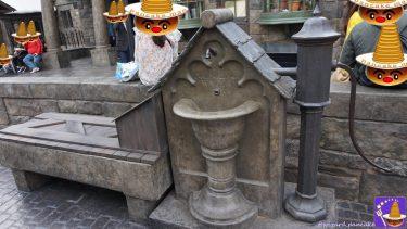 【撮影スポット】ホグズミード村の飲み水が出る蛇口とポンプ♪凍っていた洗い場は蓋されてベンチになった?(USJハリポタ魔法界)