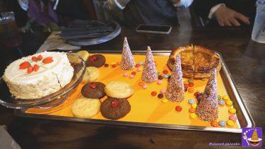 映画ハリポタのホグワーツ大広間で登場するスイーツに忠実な『ハロウィーン・デザート・フィースト』を食べ食べ食べ・・・た(USJ魔法界 三本の箒)