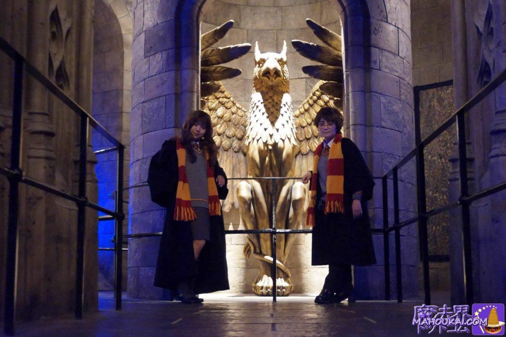 ハリー仮装とハーマイオニー仮装(ダンブルドア校長室のグリフィン像)