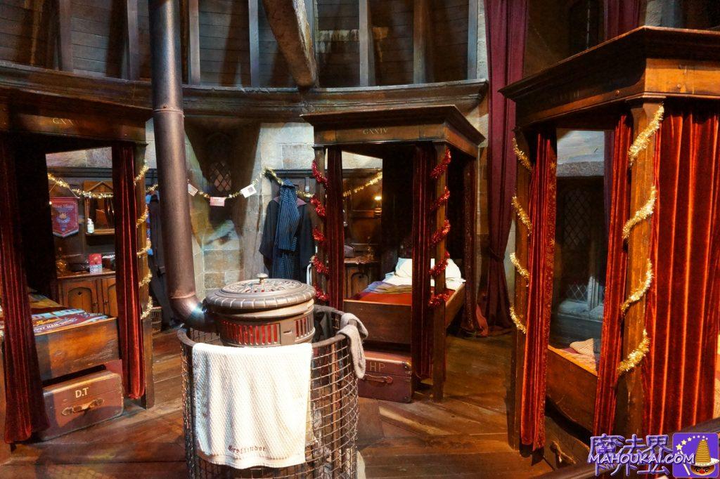 グリフィンドールの男子寮の寝室(GRYFFINDOR BOY'S DRMITORY)ハリー、ロンのベッド