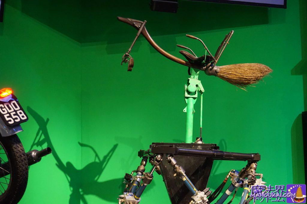 グリーンバック合成の撮影とアラスター・ムーディーの箒 ワーナーブラザース ハリーポッタースタジオツアー(イギリス/ロンドン)