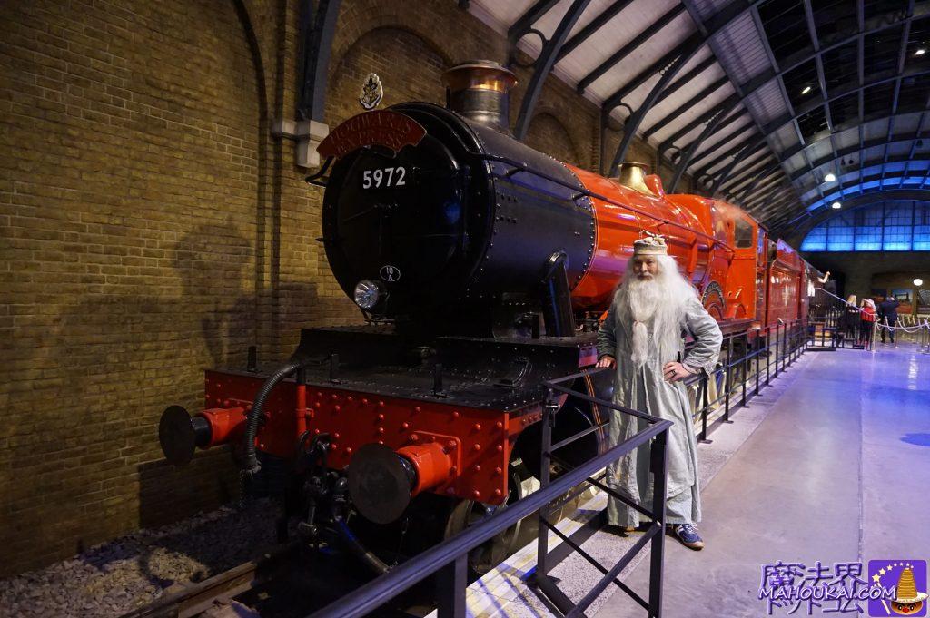 ホグワーツ特急の紅の蒸気機関車と記念撮影