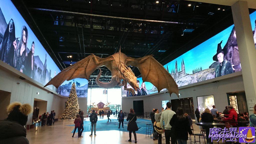 ハブ(Hub)エリアには巨大なドラゴンが天井から吊るされている。ワーナーブラザースのスタジオツアー(ロンドン)