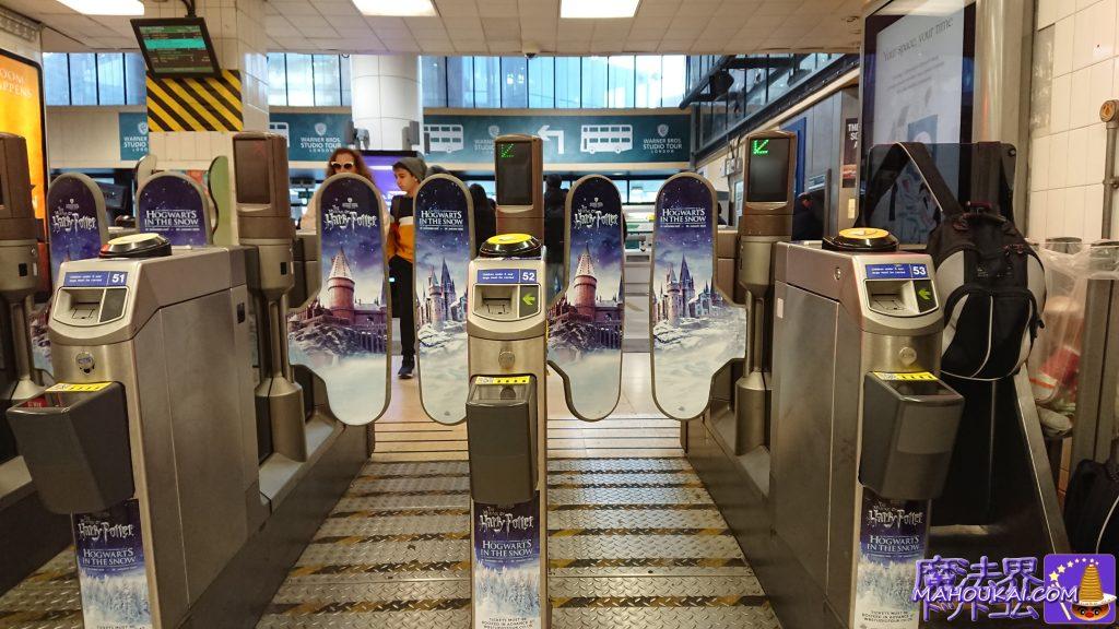 ワトフォード・ジャンクション駅(Watford Junction station)の自動改札機にはホグワーツ城が印刷されている