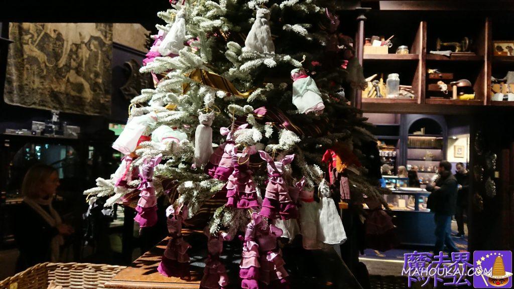 クリスマスパーティー(ユールボール)の衣装マスコットが中央で販売していました。ハーマイオニーやジニー、チョウ・チャンなどです。