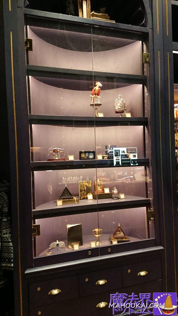 不死鳥のフォークス、ヘドウィグ、賢者の石、グリンゴッツのガリオン金貨などコイン、死の秘宝マークのペンダント、杖のペンダント、タイムターナー、ラブポーションレイブンクローの髪飾り、トム・リドルの日記、ハッフパフのカップ、蘇りの石のマールヴォロ・ゴーントの指輪
