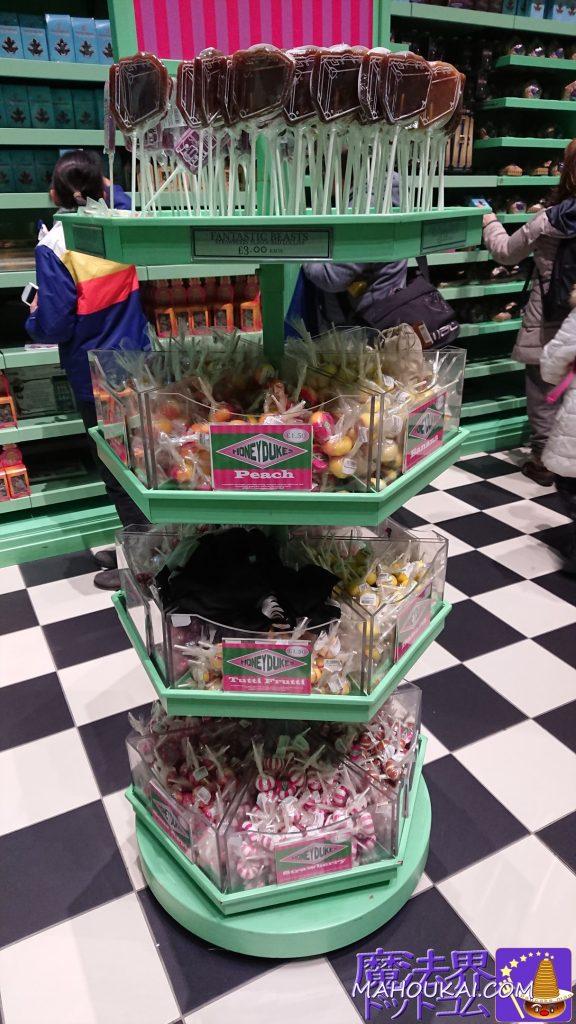 中央にはキャンデーや飴類が、ピーチ味や苺味、バナナ味、ミックスフルーツ味など