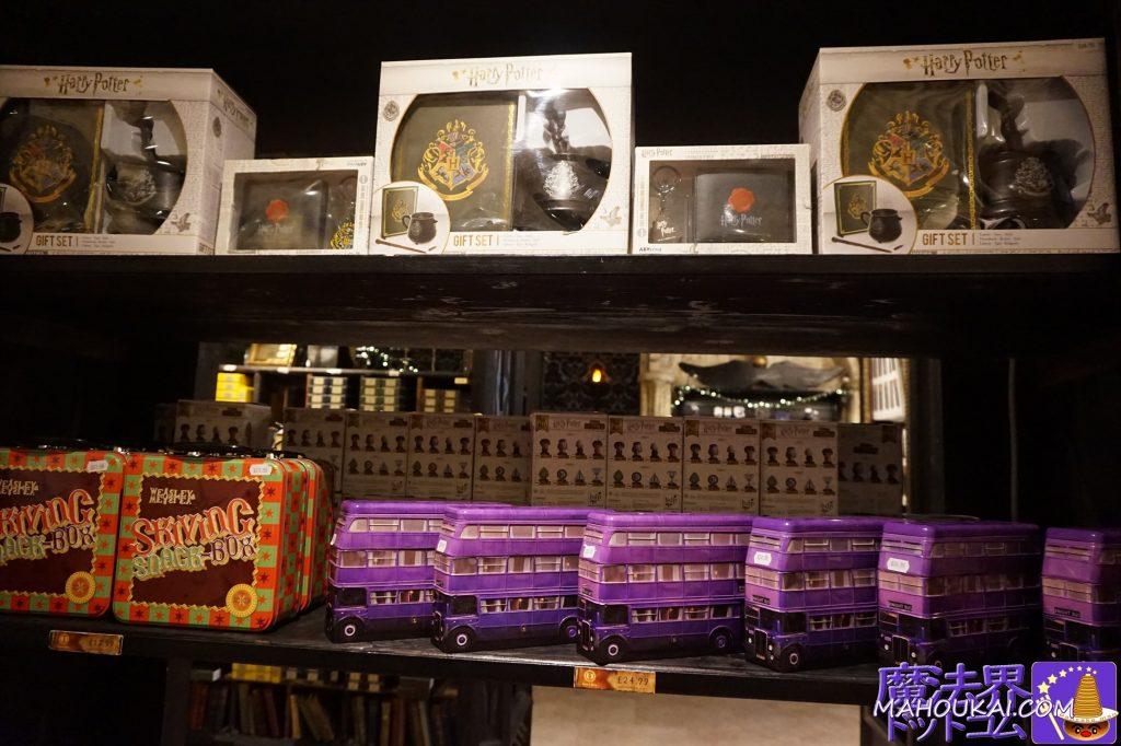 ギフトセット(ノート、大鍋風マグカップ、杖風ペン)、フレッドとジョージのWWWの『ずる休みスナックボックス風ブリキケース』、ナイトバスのブリキケース