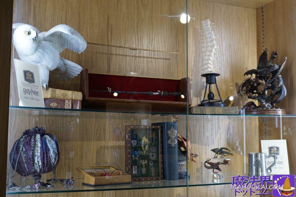羽根を広げたヘドウィグ、ダンブルドアの杖ケース付、ハーマイオニーの巾着袋、ハリーのメガネ、ドラコゴンのブックエンド、ホグワーツのマグカップ。