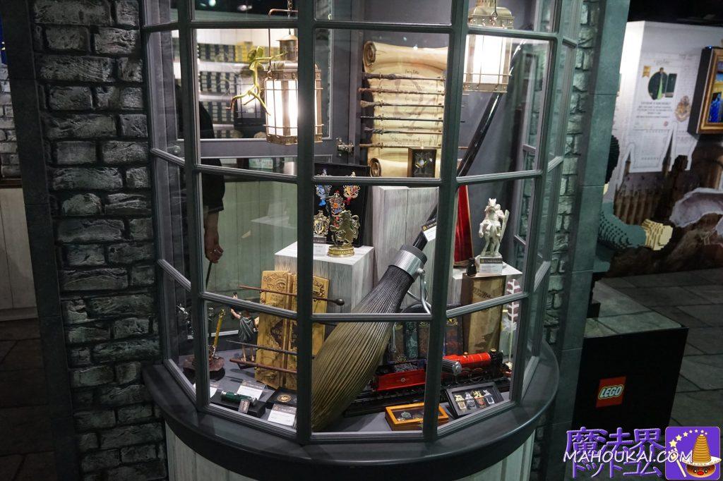 右の出窓にもニンバス2001やノーブルコレクションのレプリカグッズが沢山!