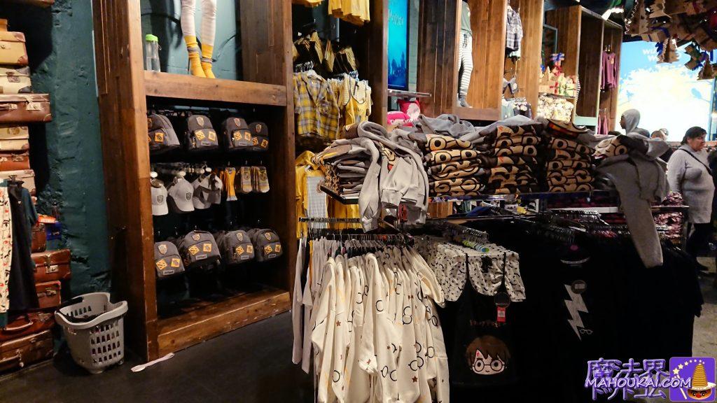 ハッフルパフのコーナーにはリュック、野球帽、靴下、ロングソックス、ジャケット、シャツ、パーカーが!手前にはハリーのメガネデザインのパーカー、ハリーアニメロゴのパ――カー