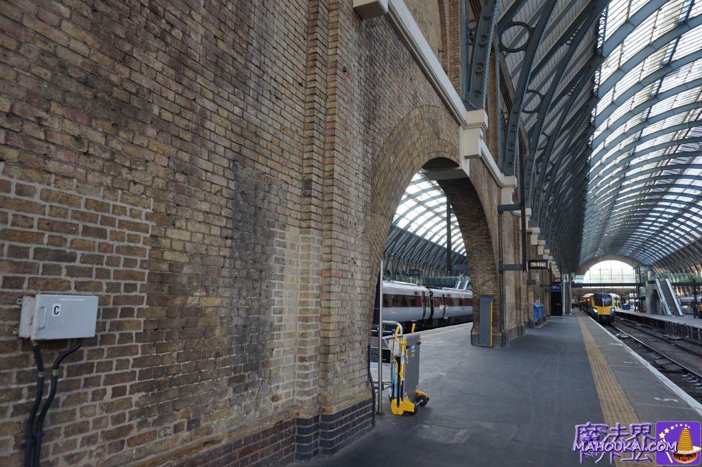 映画ハリーポッターの撮影場所プラットホーム4番線と5番線キングスクロス駅