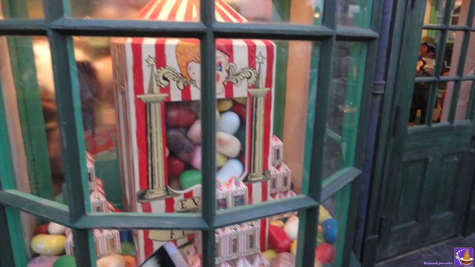 お店紹介:ハニーデュークス&マジックニープカート ハリーポッター魔法界のお菓子が沢山♪カエルチョコ、百味ビーンズ、カボチャジュースetcまとめ(USJホズミード村)魔法使いパンケーキマン・ダンブルドア