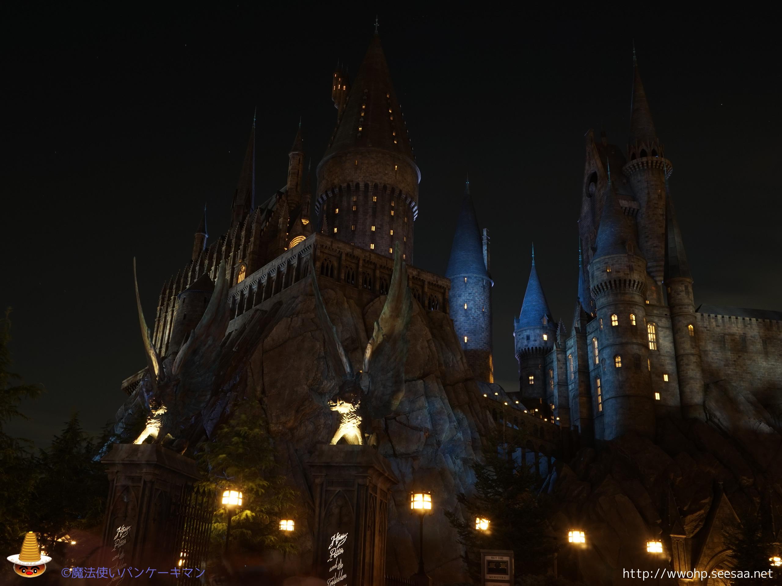 ホグワーツ正門とグリフィンドール塔の夜景の壁紙 魔法使いパンケーキマン