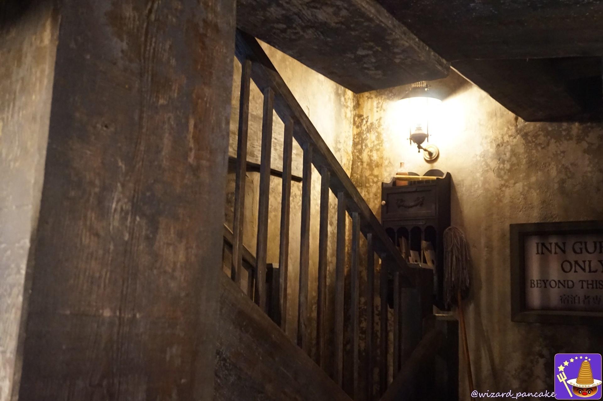 ホッグズヘッドパブ 2回への階段と屋敷しもべ妖精(USJハリーポッター)