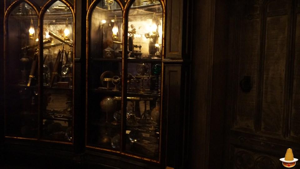ホグワーツキャッスルウォーク ダンブルドアの校長室の魔法アイテムの棚 ホグワーツ城見学 USJハリーポッター エリア