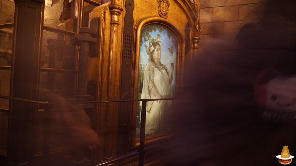 ホグワーツキャッスルウォーク グリフィンドールの談話室の太ったレディーの肖像画 ホグワーツ城見学 USJハリーポッター エリア