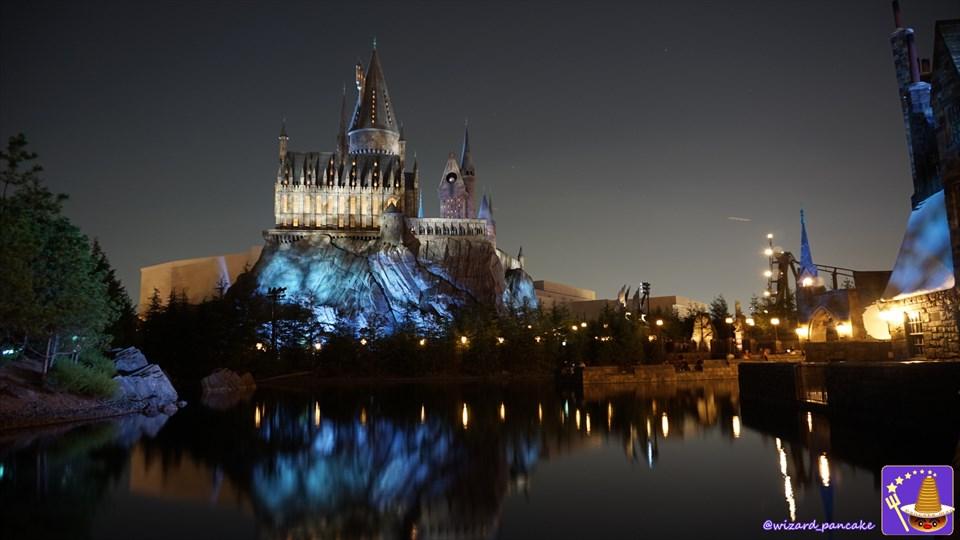夜のホグワーツ城と黒い湖(USJ魔法界ハリーポッター)魔法使いパンケーキマン