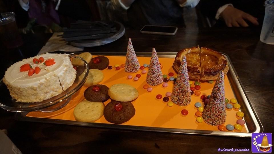 映画ハリポタのホグワーツ大広間で登場するスイーツに忠実な『ハロウィーン・デザート・フィースト』を食べ食べ食べ・・・た(USJ魔法界 三本の箒)魔法使いパンケーキマン・ダンブルドア