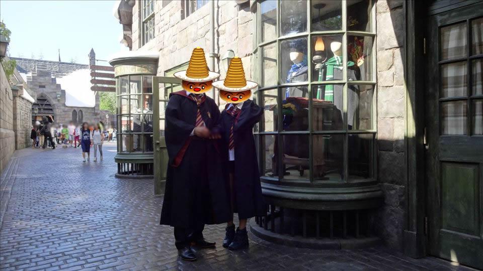 ホグズミードの裏路地で、新入生の魔女と魔法使いパンケーキマン